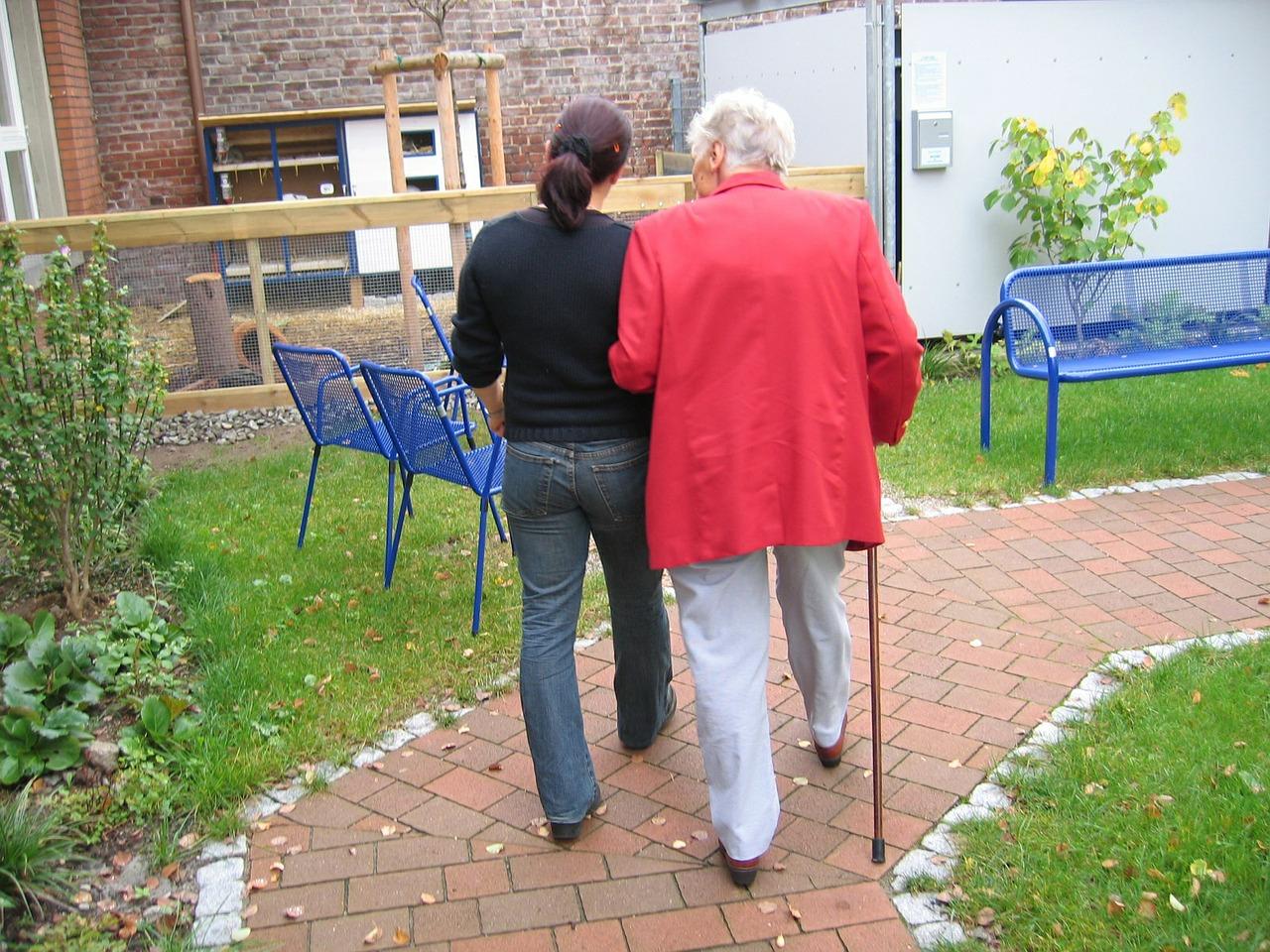 Frau demenz spaziergang